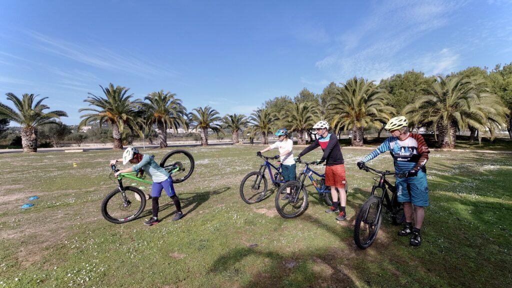 Lerne die Mountainbike-Fahrtechnik Basics in einem Kurs und übe danach strukturiert mit einem Personal-MTB-Coach