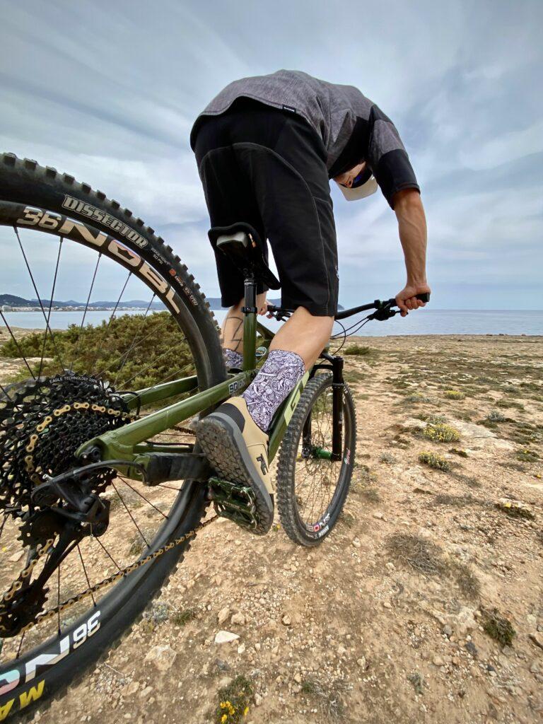 Auch bei Fahrtechniken wie dem Hinterrad anheben kannst Du Dich auf den Grip der Ride Concepts Schuhe verlassen.